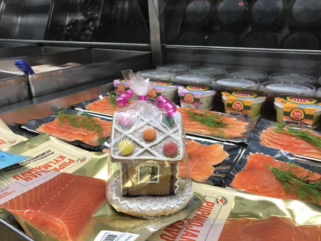 Kauppatorin Kalapojilta niin tuoretta kalaa, savu- ja hiillokalaa, silli- ja silakkasäilykkeitä.